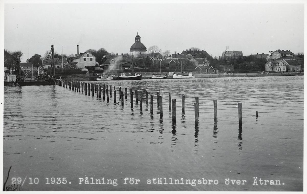 Pålning för ställningsbro inför byggandet av ny järnvägsbro över Ätran i Falkenberg.