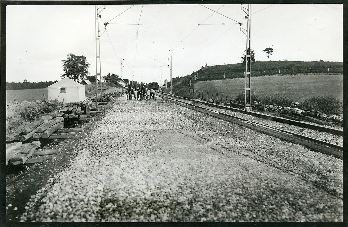 Utplanering av andra lagret makadam på linjen mellan Sösdala och Tjörnarp.