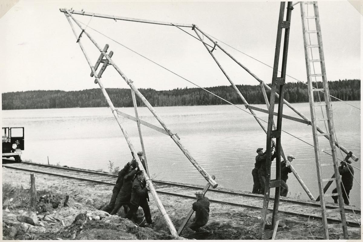 Bombningen vid Svartälvs Järnväg. Resning av A-stolpe.