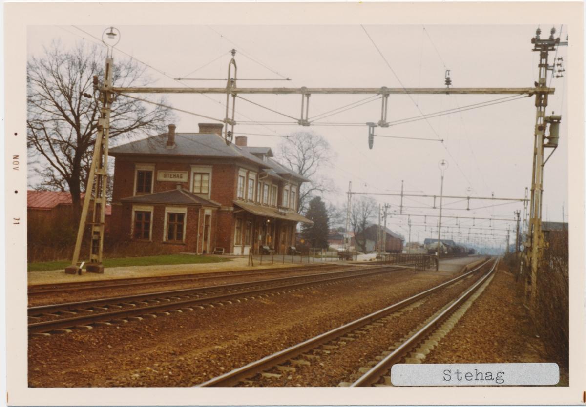 Stehag station. Statens Järnvägar, SJ. Stationen öppnades 1858. Det första stationshuset byggdes 1858 och var en enkel banvaktstuga. 1860 byggdes det andra stationshuset. På 1870-talet byggdes det tredje och nuvarande stationshuset. Fick dubbelspår 1904. Banan elektrifierades 1933.