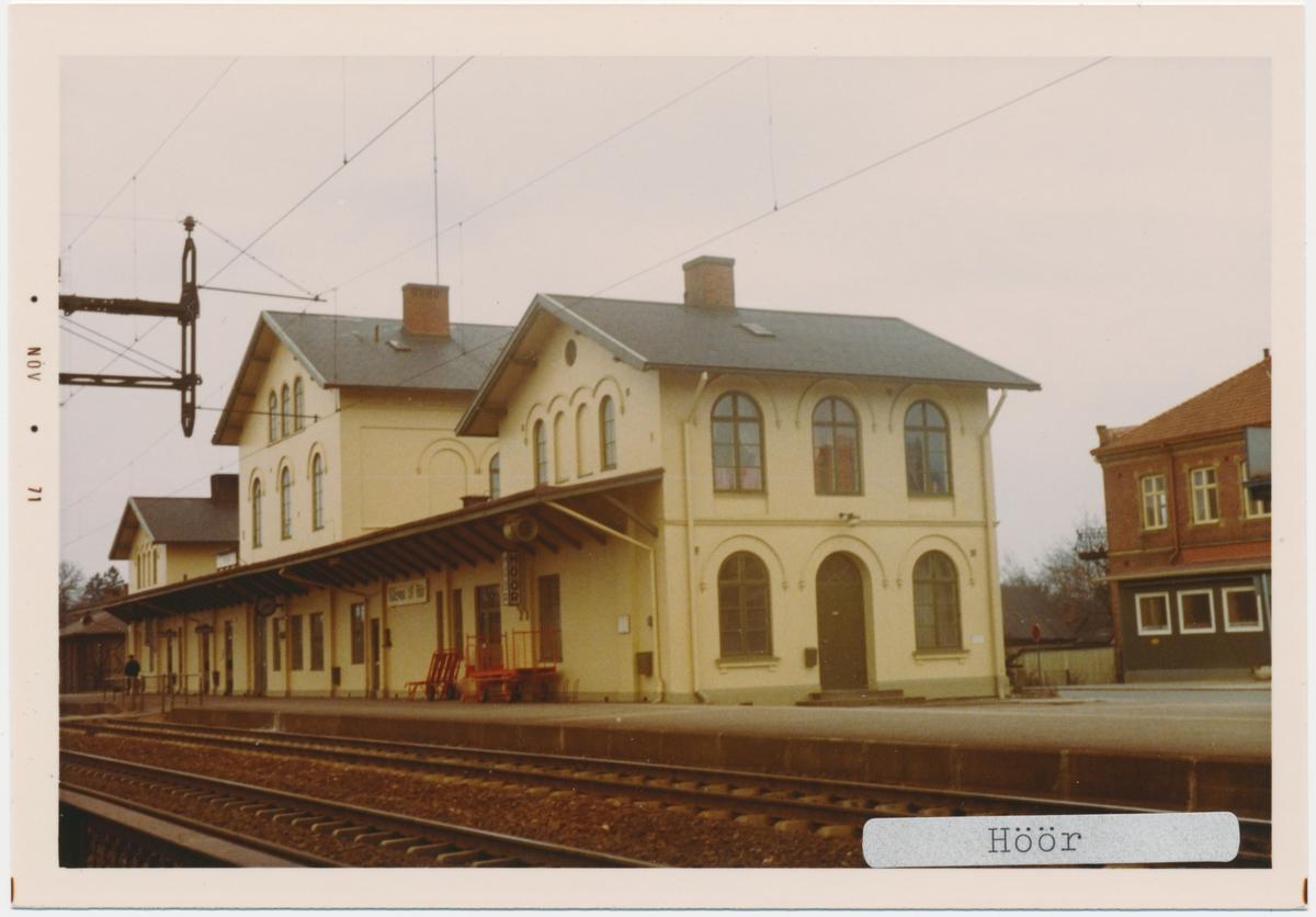 Höör station 1971. Statens Järnvägar, SJ. Stationen öppnades 1858. Stationshuset byggdes 1858 och moderniserades 1930. Fick dubbelspår 1904. Banan elektrifierades1933.