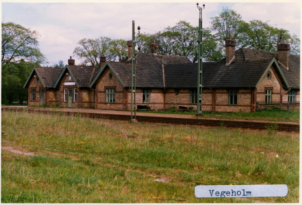 Stationen öppnad 1885 av SHJ. Till SJ 1896. Trafikplats anlagd 1884. Envånings stationshus i tegel. Tillbyggt 1906 och 1929, Elektriferingen kom 1937.