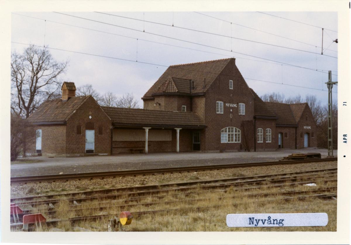Nyvång blev station 1916 efter att först ha varit håll- och lastplats sedan 1911. Stationshuset revs på 1970-talet i samband med att persontrafiken upphörde.
