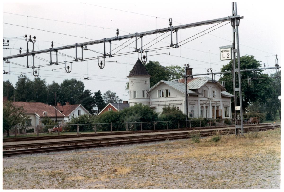 Station anlagd 1874. En- och enhalvvånings stationshus i sten, nybyggt efter en eldsvåda 1880, samt tillbyggt 1902.