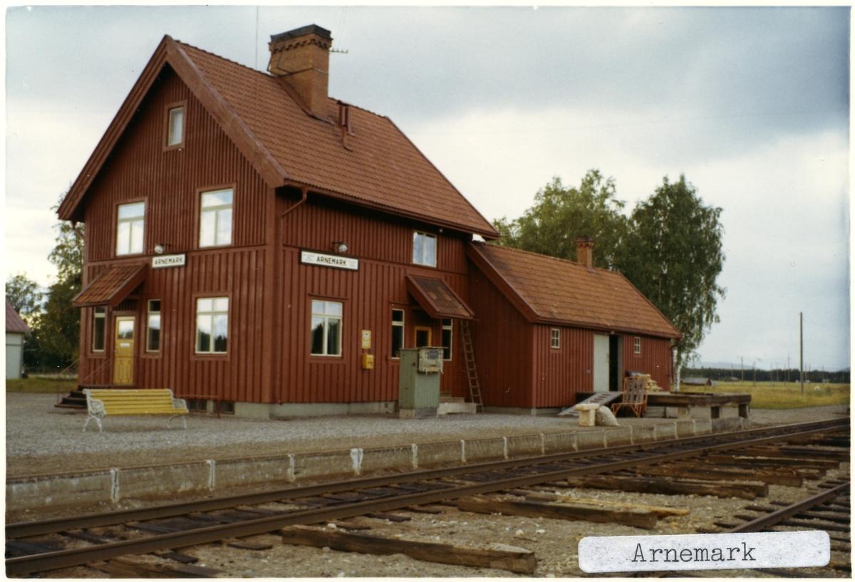 Håll- och lastplats. Tvåvånings stationshus i trä, sammanbyggt med godsmagasinet.