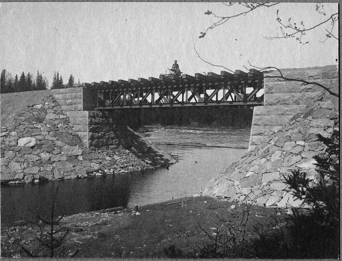 Tansåbron byggdes 1903. På linjen mellan Mockfjärd och Lillstupet.