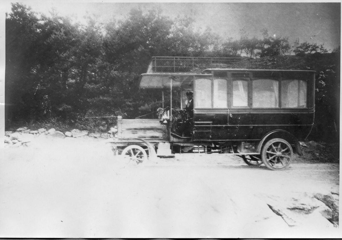 Buss av äldre modell som gick mellan Tanums station och Grebbestad 1911-1915. Premiärturen gick den 22 juni 1911 och kostade 1 krona.