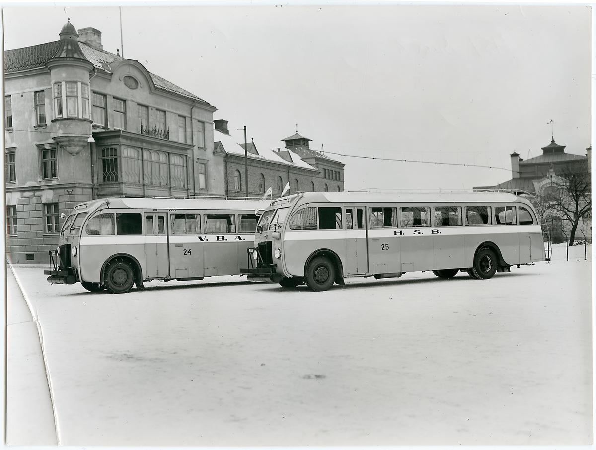 Två stycken bussar; VBA 24 samt HSB 25 parkerade.