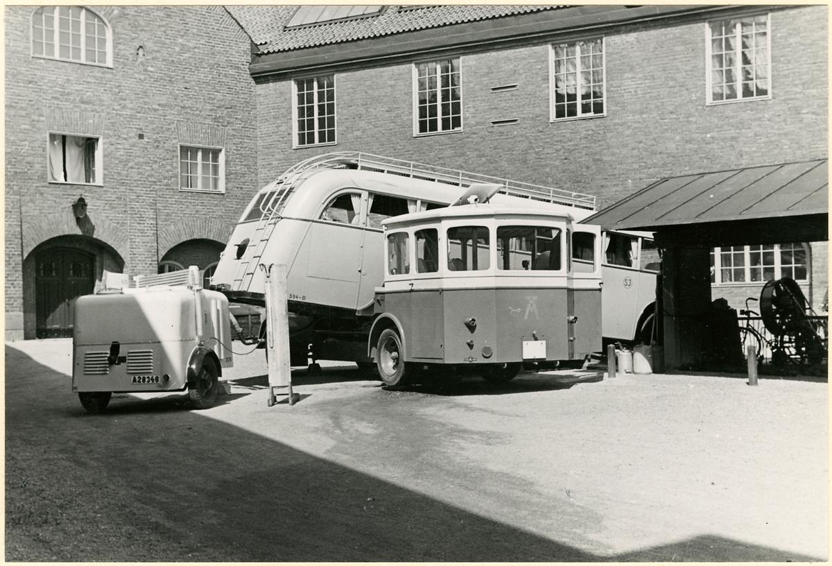 Statens Järnvägar, SJ buss 394-A bakända lyfts upp en truck.
