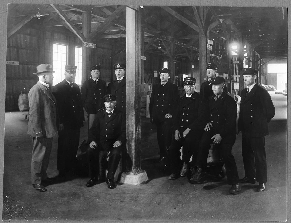 Personal på ankommande fraktgodsmagasinet vid Örebro C. Stationsinspektor Nils Ekman står till vänster om stolpen, Han var Stationsinspektor på Örebro C mellan 1922 - 1940.