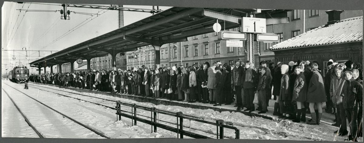 Resande skolbarn vid Eskilstuna central.