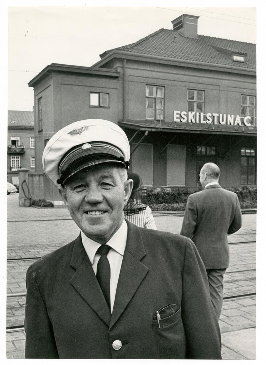 T Nyberg vid Trafikaktiebolaget Grängesberg - Oxelösunds Järnvägar, TGOJ framför Eskilstuna Centralstation.