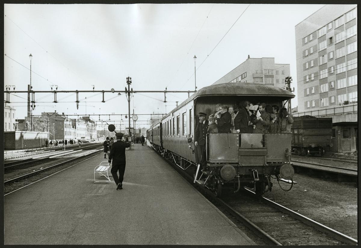 Resande med Tågbefälhavare på personvagn vid Eskilstuna Centralstation.