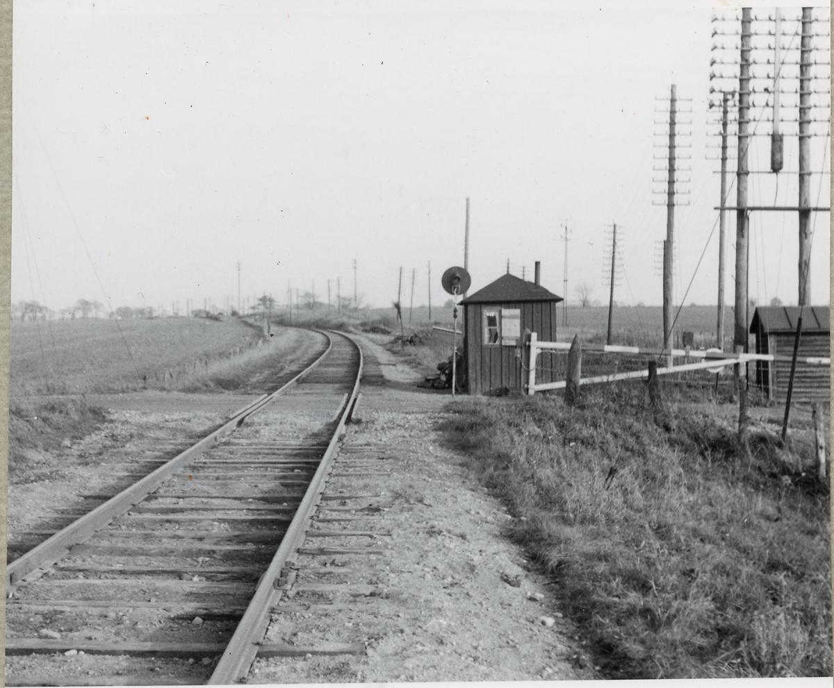 Järnvägsövergång med vaktkur vid Östra Strö på linjen mellan Skarhult och Hurva.