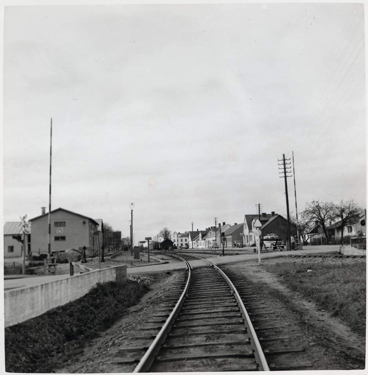 Järnvägsövergång strax öster om Gärsnäs station, på sträckan mellan Smedstorp och Östra Tommarp.