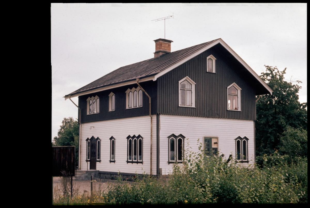 Före detta stationshus i Hällbybrunn.