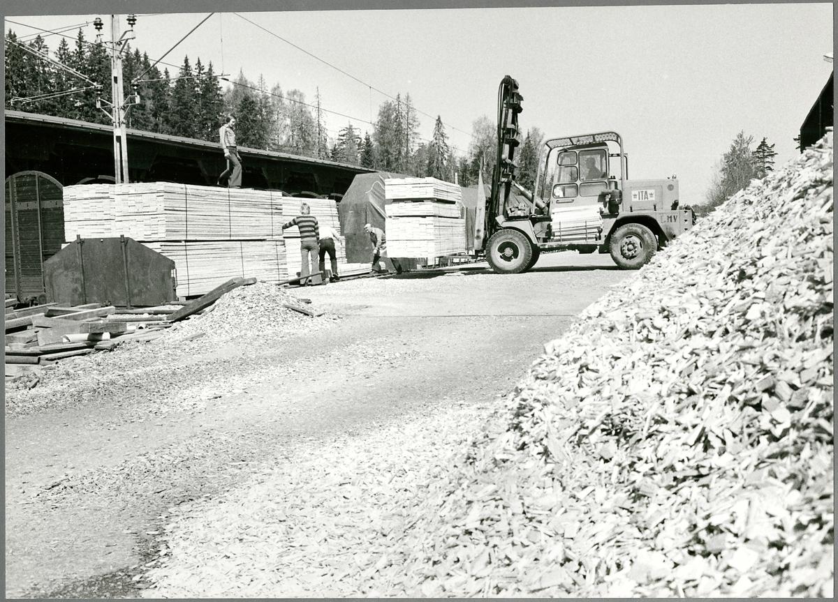 Utlastning av virke vid Skogstorps Sågverk. Vagnar lastas för vidare transport till Oxelösund hamn.