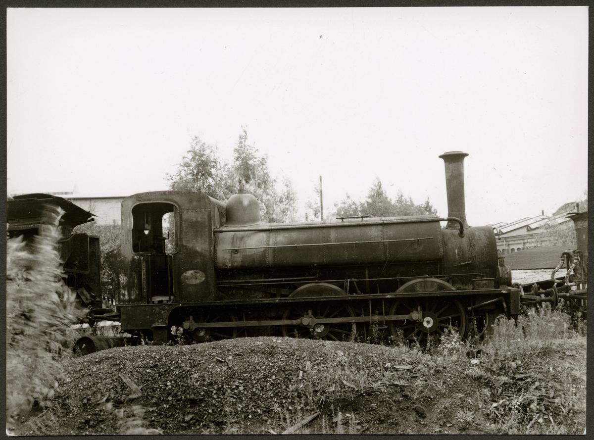 Oxelösund - Flen - Westmanlands Järnvägar, OFWJ U2 med okänt nummer, då skylten är avskruvad i väntan på skrotning i Eskilstuna.