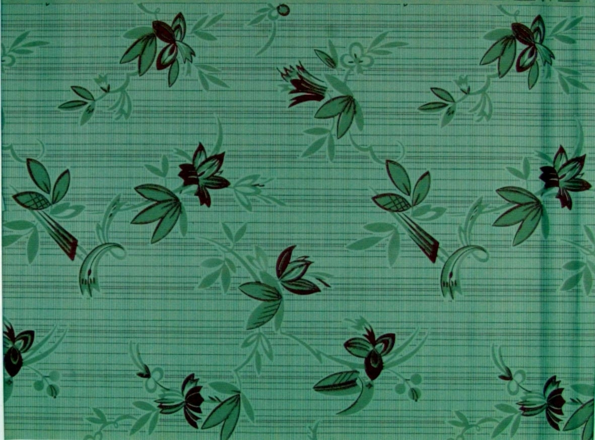 Stort strängt stiliserat blommönster över två randmönster. Tryck i brunrött och beige på ett ljusbeige papper.