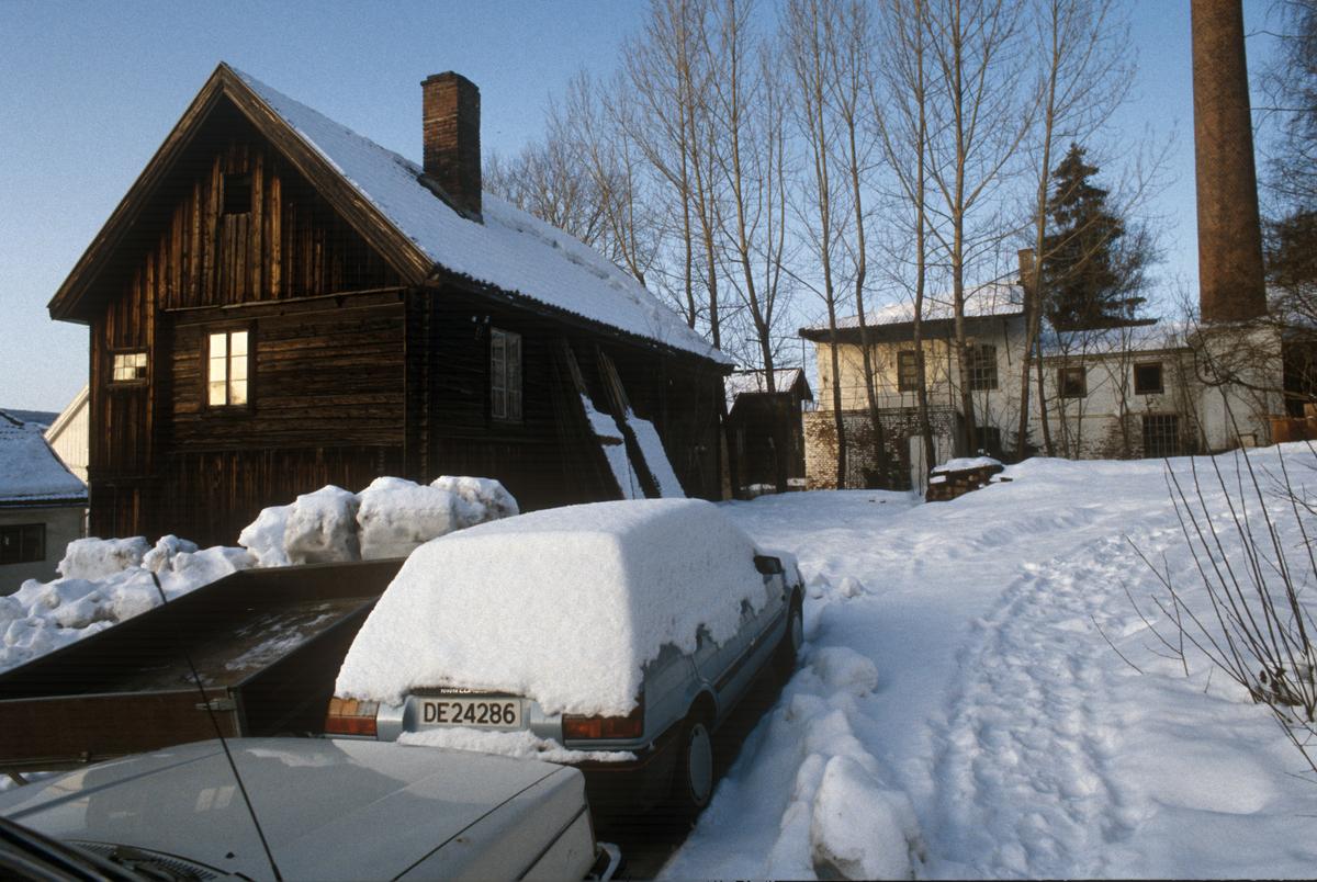 Lillehammer. Tidl. bakeribygning i Storgata 33 C sett mot nord-nordvest.  I bakgrunnen: Skorsteinspipa til tidl. John Hombs Farveri og Renseri.