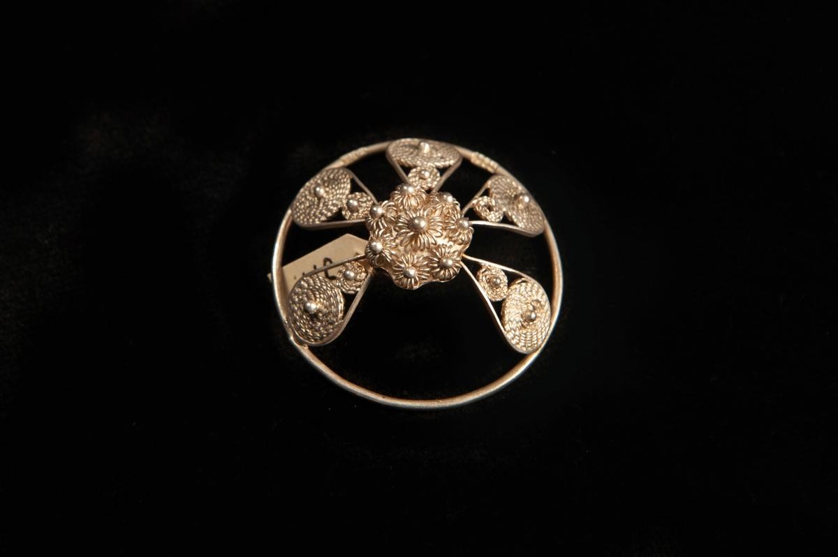 """En malja av silver. Filigranarbete i form av fem st. """"tungor"""" upp mot blomma i filigran. Stämplad på rundelns kant. JM.19973:a-e hör ihop."""