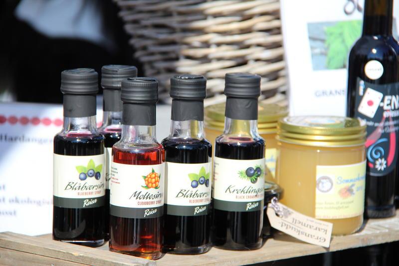 Foto av flasker og krukker på utstilling til salg.