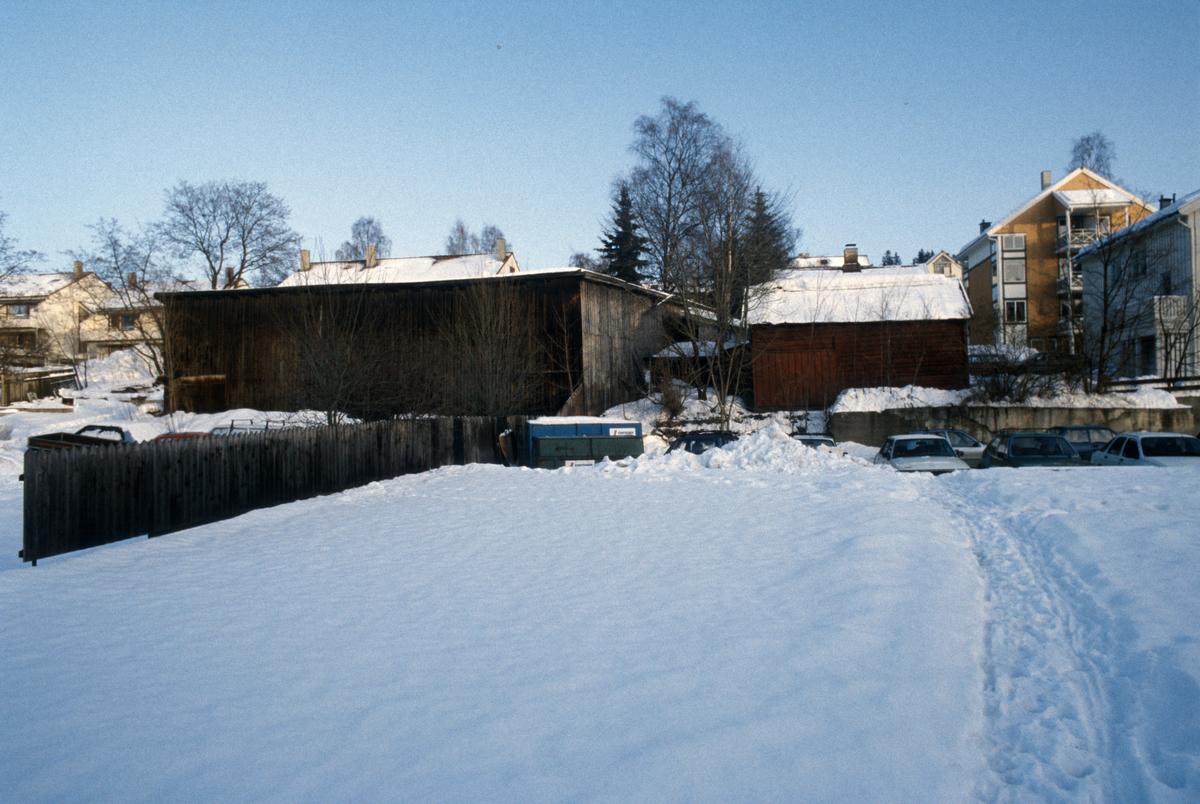 Lillehammer. Bakgårdsareal i Storgata 31 og 33, bak Wiesegården (Langes gate 12). Uthus, lagerbygning. Hus langs Langes gate til høyre. Sett mot nord-øst.