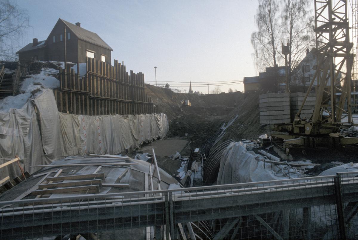 Lillehammer. Mesnadalsvegen under anlegg. Til venstre ses Morterudvegen12A. Sett mot øst.