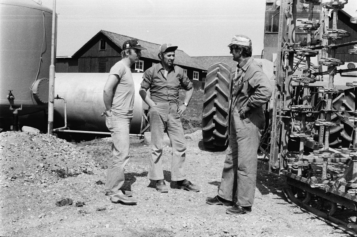 Traktorförarna Folke Sundnäs och Stig Ahlin samtalar med agronom Olle Hakelius, Hacksta gård, Enköpings-Näs socken, Uppland maj 1981