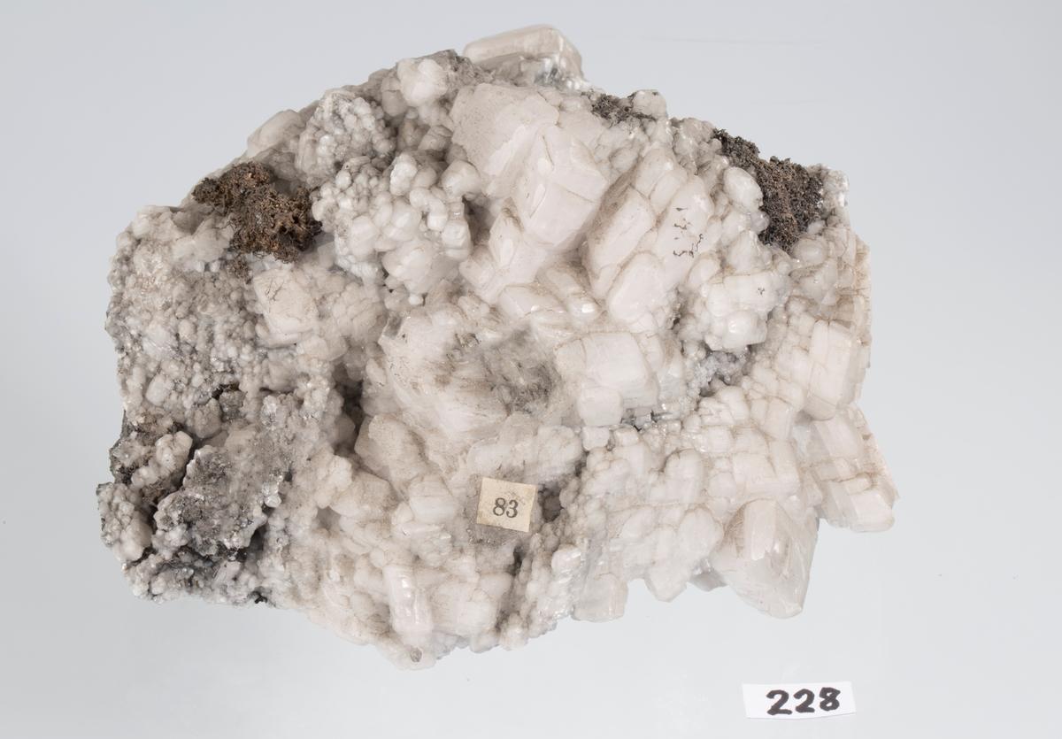 Romboederkrystaller av kalsitt, trådsølv Etikett: 83 Vekt: 1224,76 g Størrelse: 14 x 14 x 7,5 cm