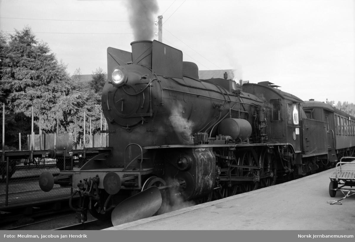 Damplokomotiv type 45a nr. 1 med persontog til Drammen på Hønefoss stasjon.