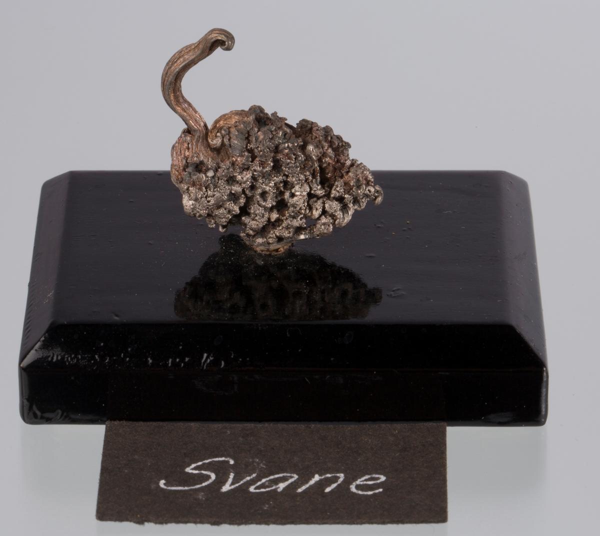 """""""Svane"""" på svart plate Vekt: 29,95 g (med sokkel) Størrelse: 2,6 x 2,4 x 1 cm"""