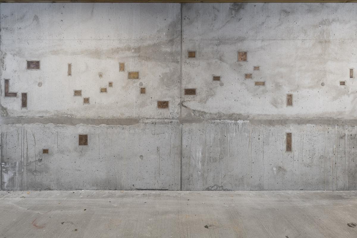 For Liv Bugge handler tegnsamlingen fra fengselet blant annet om retten til språk og stemme. Tegnene og avtrykkene blir støpt i bronse, og monteres tilbake samme sted. Om avtrykket er fra celler eller andre rom som innsatte ikke kan forlate, plasseres avstøpningene i nybygg, korridorer, felles rom eller ute i bakken.  Arbeidet er blant annet inspirert av filmen Le Chant de l'amour av Jean Genet.