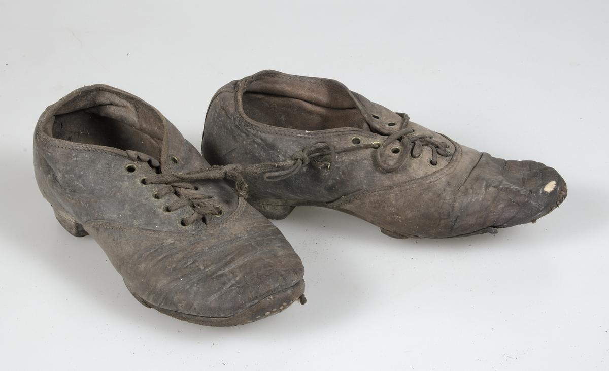 Låga barnskor av läder med snörning fram. Ofodrade. Pliggade klackar.  Mycket slitna och c4264e964fcfe