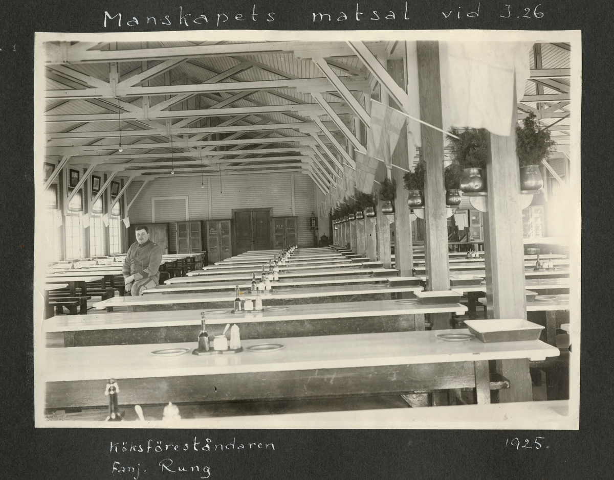 """Bildtext: """"Manskapets matsal vid I 26. Köksföreståndaren fanj. Rung, 1925."""""""