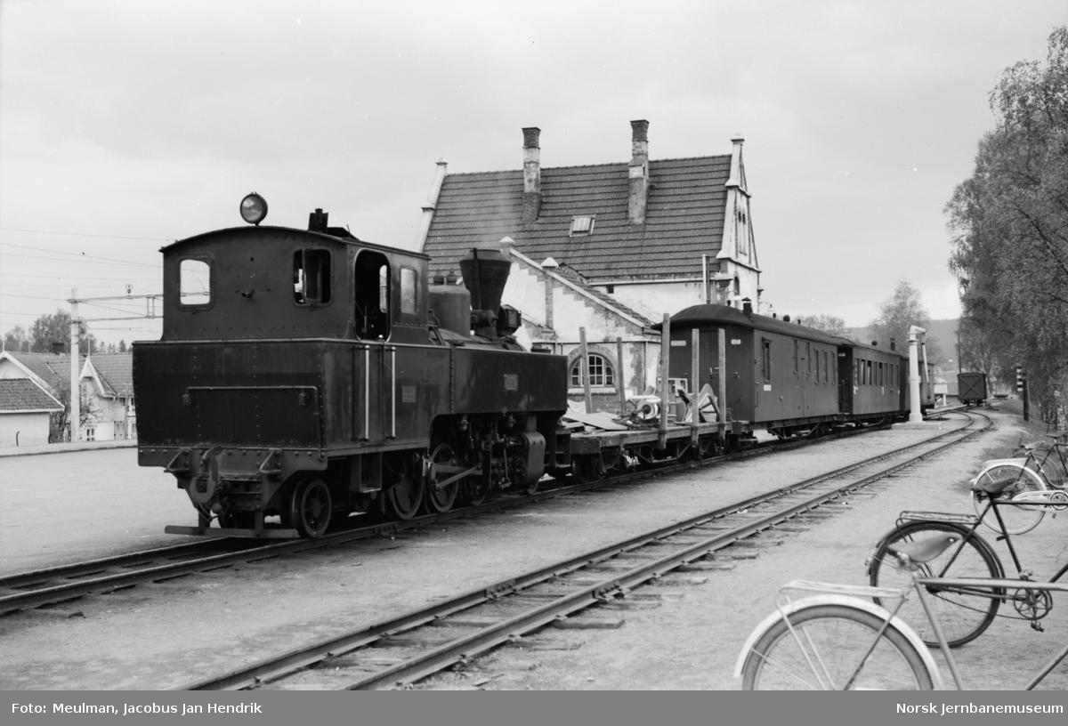 Damplokomotiv type XXIX nr. 7 Prydz med blandet tog til Bjørkelangen, tog 2075, på Sørumsand stasjon.