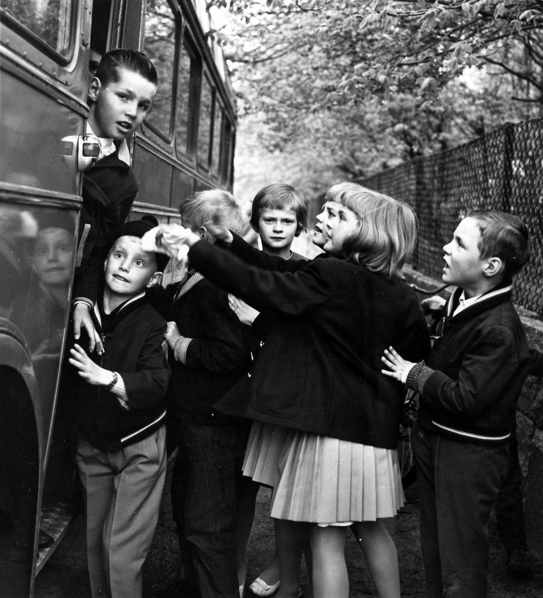 Flickor och pojkar stiger på Stockslycke söndagsskolebuss.
