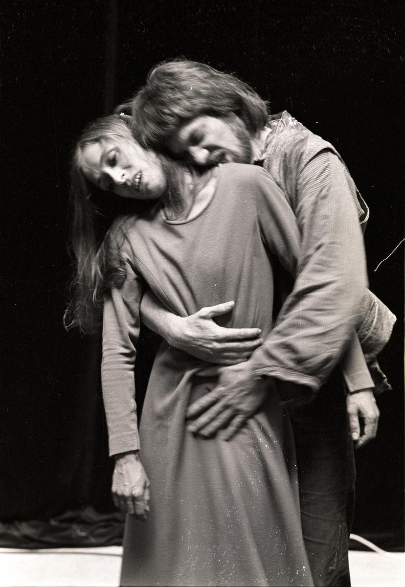 """Scene fra Nationaltheaterets oppsetning av Henrik Ibsens """"Peer Gynt"""". Forestillingen hadde premiere 20. mars 1975. Edith Roger hadde regi, Lubos Hruza scenografi og Lita Prahl og Lubos Hruza kostymer. Medvirkende var blant annet Svein Sturla Hungnes som Peer Gynt og Tone Danielsen som Solveig."""