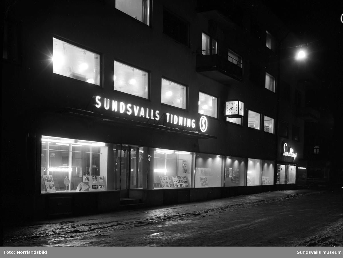 Sundsvalls Tidnings skyltfönster på Trädgårdsgatan 27. Längst till höger Sundlings matvaruaffär.