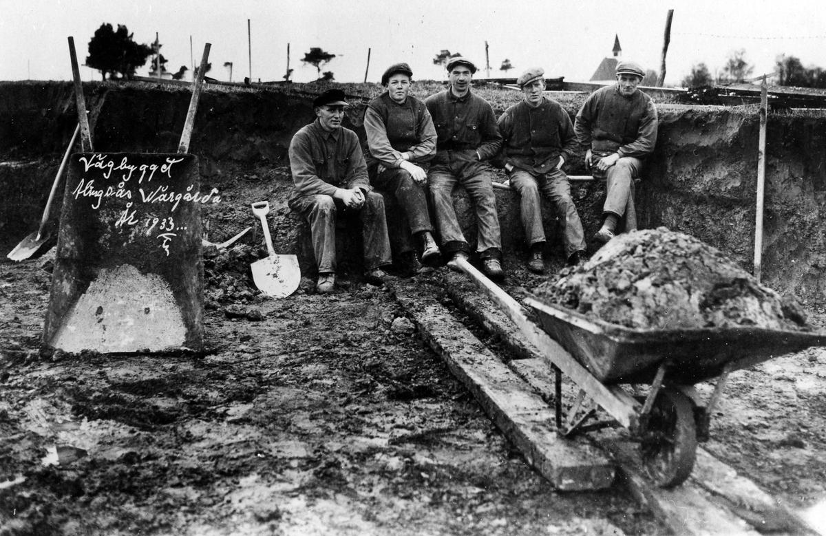 Fem män sitter i en grop vid ett vägarbete. AK-arbetare på ett vägbygge mellan Alingsås-Vårgårda.