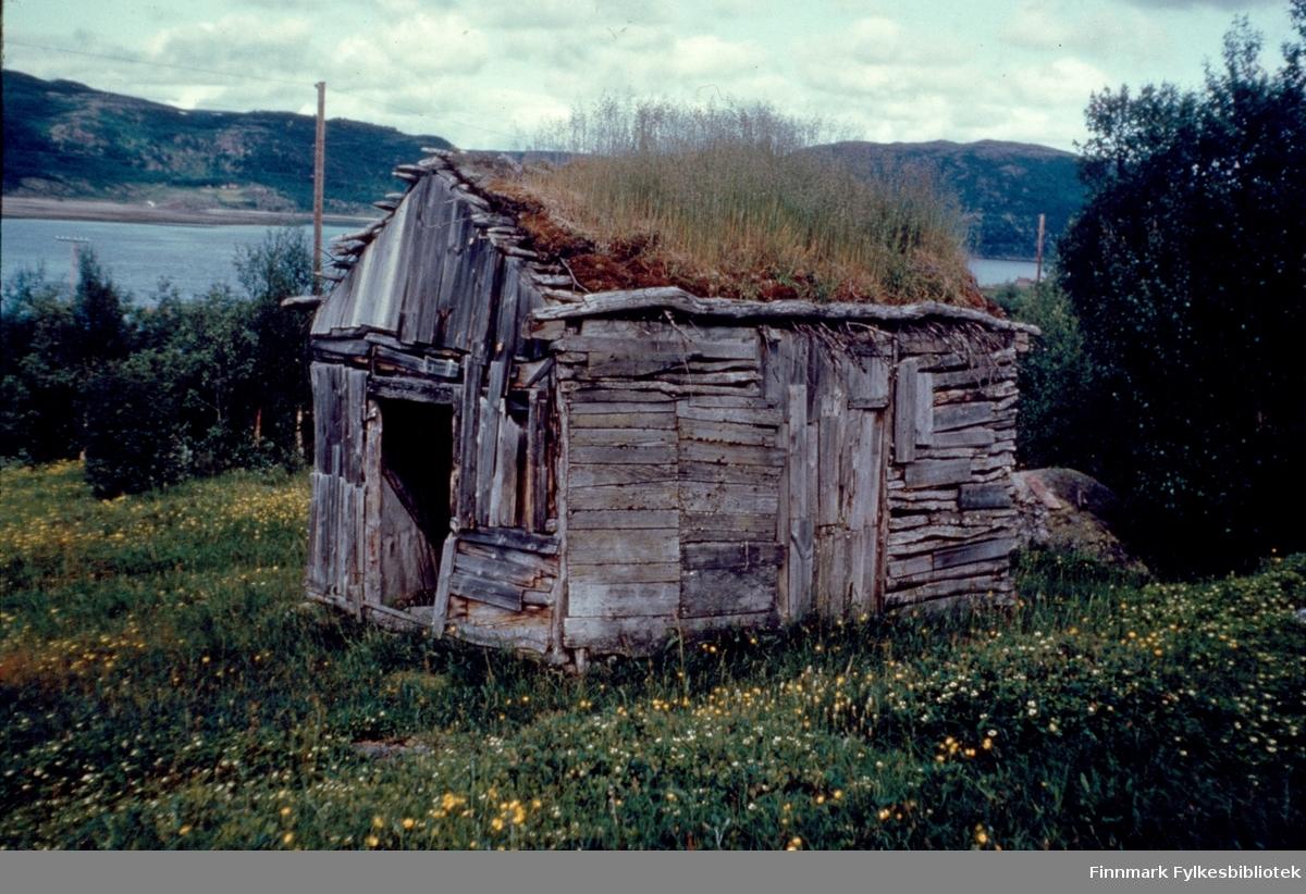 """Kunes, sommeren 1962. Sjåen til Inga Johansen. Dette bygget er det eneste på Kunes som overlevde siste verdenskrig! (Tyskernes Den Brente Jords taktikk hvor de satte fyr på alle hus i Finnmark i 1944). Kunes (samisk: Gussanjárga) er en bygd i Lebesby kommune i Finnmark. Stedet ligger innerst i Storfjorden. Fylkesvei 98 passerer igjennom Kunes. Fotografen, Richard Bergh, har også skrevet et hefte som heter: """"Når vi sitt' her og prate"""". Folk i Laksefjord forteller. Norsk Folkeminnelags skrifter nr. 122. H. Aschehoug & Co. (W. Nygaard). Oslo 1980. ISBN 82-03-10187-9"""