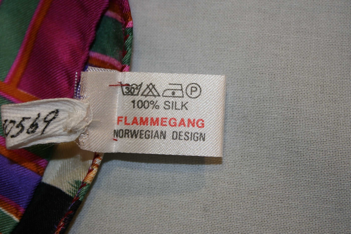 Kvadratisk, tynt silkeskaut med raudlilla botnfarge og bord i fleire fargar.