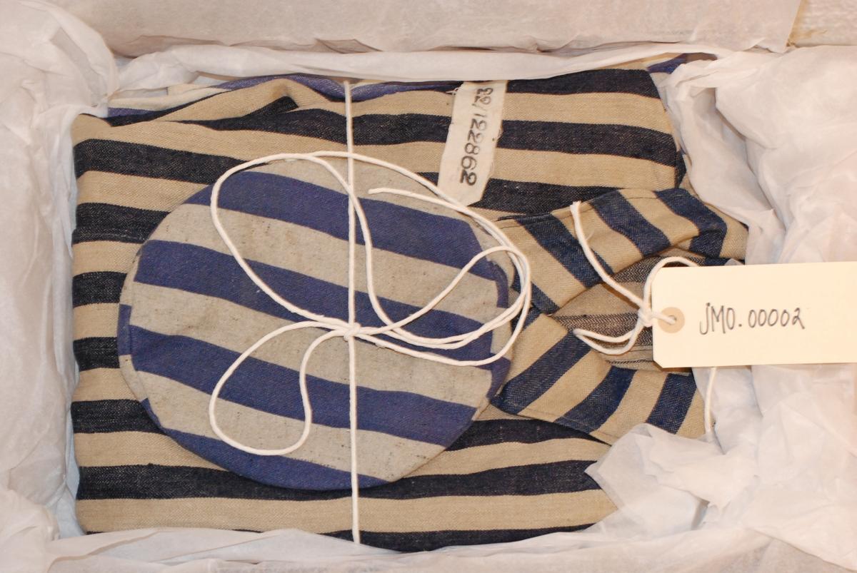 Fangedrakt fra Buchenwald konsentrasjonsleir. Lys grå (hvit) med blå striper.