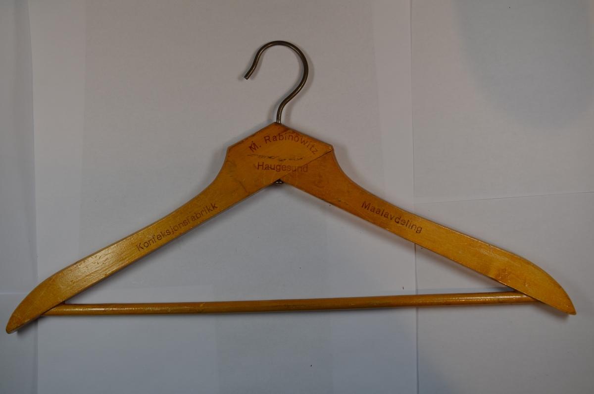 Kleshenger fra Haugesunds konfeksjonsfabrikk, maaleavdeling. Dobbel kleshenger i tre med metallbøyle.