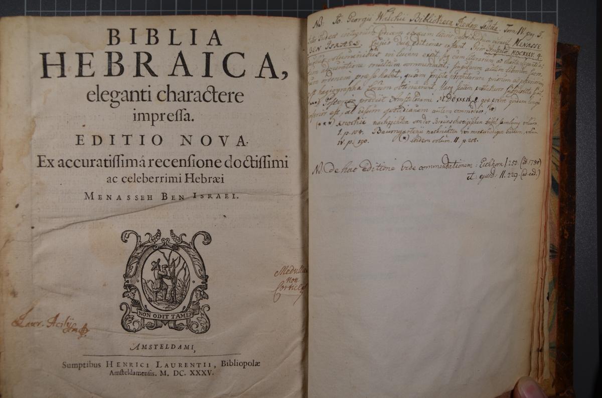 To skinninnbundne hebraiske bibler (del 1 og 2) fra 1630-årene. Trykket i Amsterdam og revidert av Menasseh Ben Israel. Hebraisk tekst. Begge bøkene innholder en rekke håndskrevne oversettelser både til dansk og latin. Hvem som har skrevet anmerkningene vites ikke for sikkert, men bøkene har signaturene til to danske prester fra 16- og 1700-tallet, Lauritz Axelson og Lassen Tychonius. Bøkene har også tilhørt den norske biskopen J. C. Heuch.