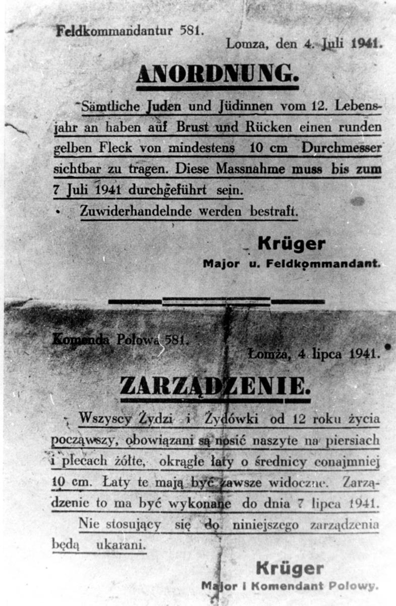 Kopi av påbud fra tyske myndigheter som angir at alle jøder måtte bære en gul davidstjene med en diameter på 10 cm sydd fast på rygg og bryst. Skrivet konstanterer at påbudet trer i kraft fra 7. juli 1941. Datert Lomz, Polen den 4. juli 1941. Forordningen innevarslet etableringen av gettoen i Lomza. En versjon på tysk og en på polsk.