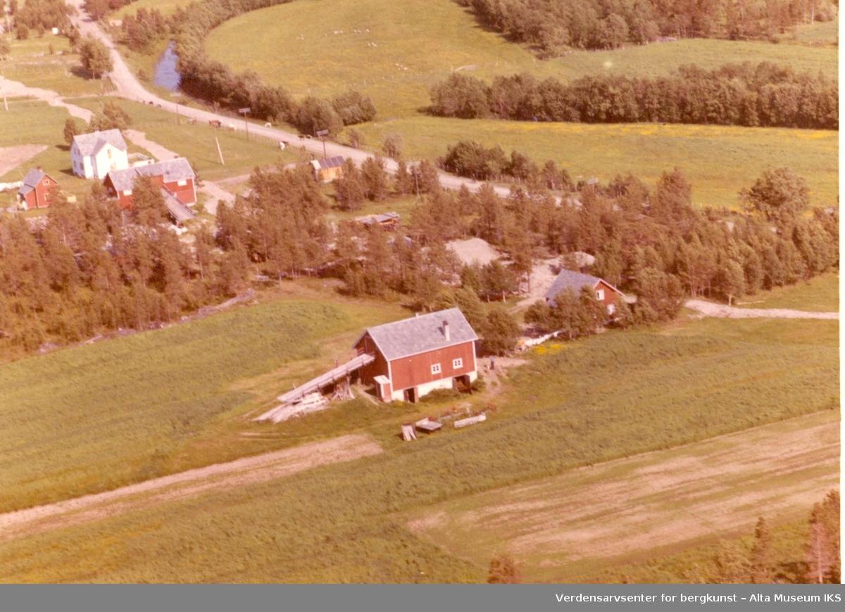 Aronnes, gårdstun, jorder, vei, trær, våningshus, låve