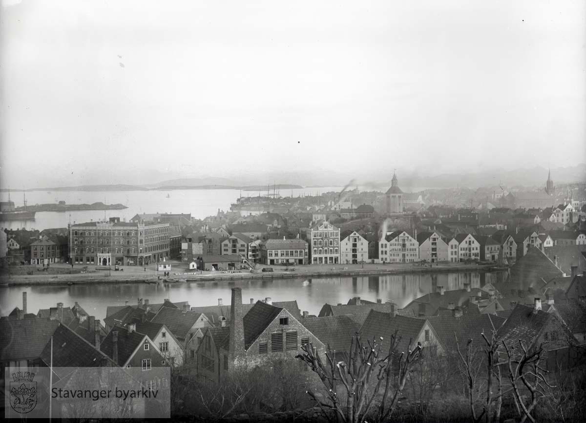 Victoria hotell til venstre, sjøhusrekken innover Vågen. Valbergtårnet til høyre.