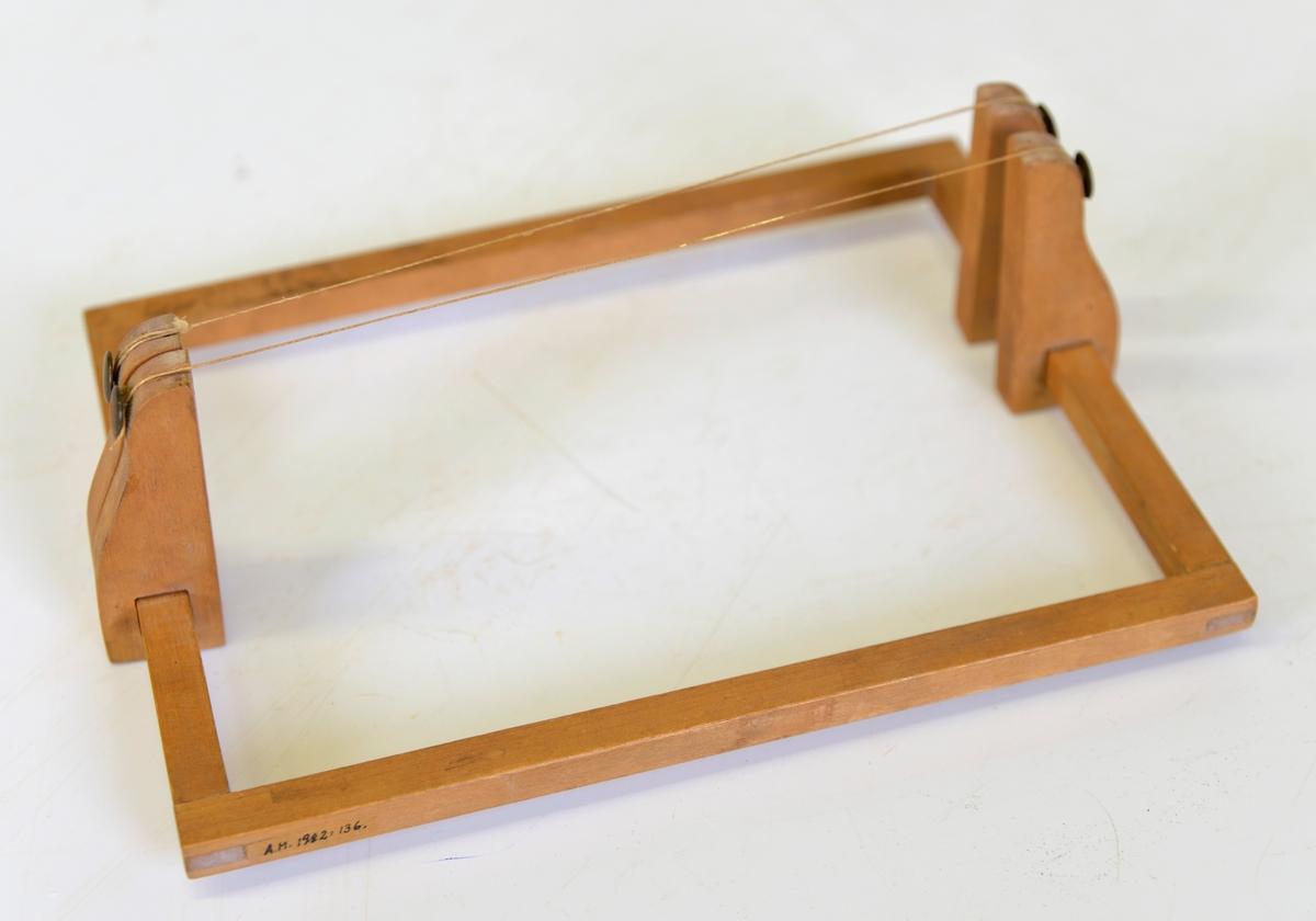 Bokbinderiverktyg  Användes till bladguld, då man lägger guldsnitt på bladen resp. sidorna.  Föremålet använt vid Georgssons Bokbinderi, Torggatan 7, Alingsås.  Åke Georgsson, f. 1910 började som bokbindare i kv. Gustaf 1 1932. Flyttade då fastigheten revs 1967 till Torggatan 7. Verksamheten nedlades i sept 1982.