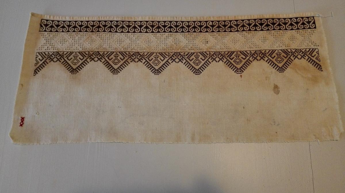 1 bleie.  Foreste del av en bleie, vakkert utsydd med sognesøm og svartsøm. Dette stykke har fuld bredde 51 cm, men av længden er blot 22 cm tilbake.  Gave fra Anna H. Kvamme, Indre Kvamsø.